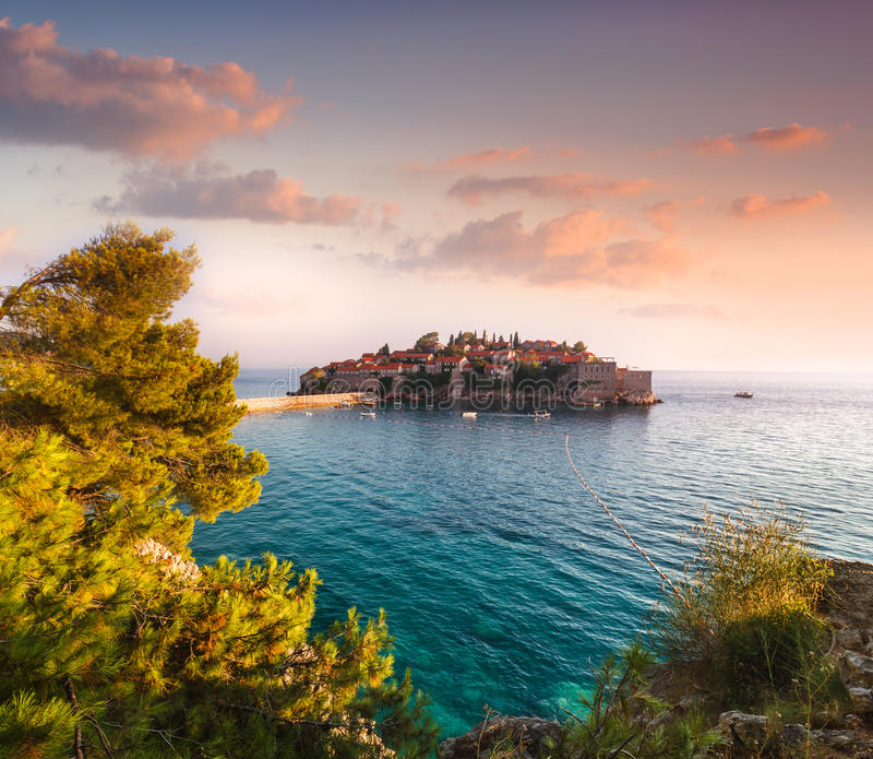 Vista no mar Mediterrâneo e no Sveti Stefan no por do sol montenegro foto de stock