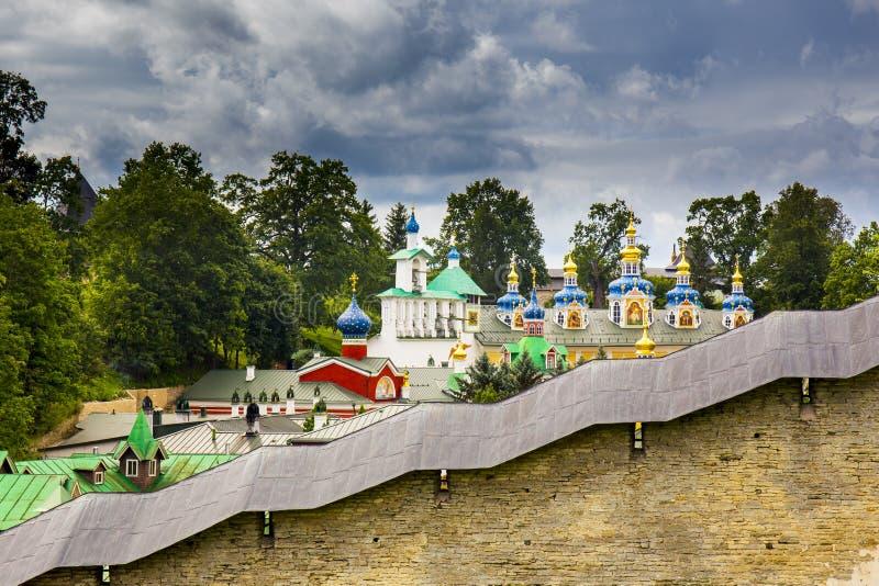 Vista no monastério de Pskovo-Pechersky Dormition foto de stock royalty free