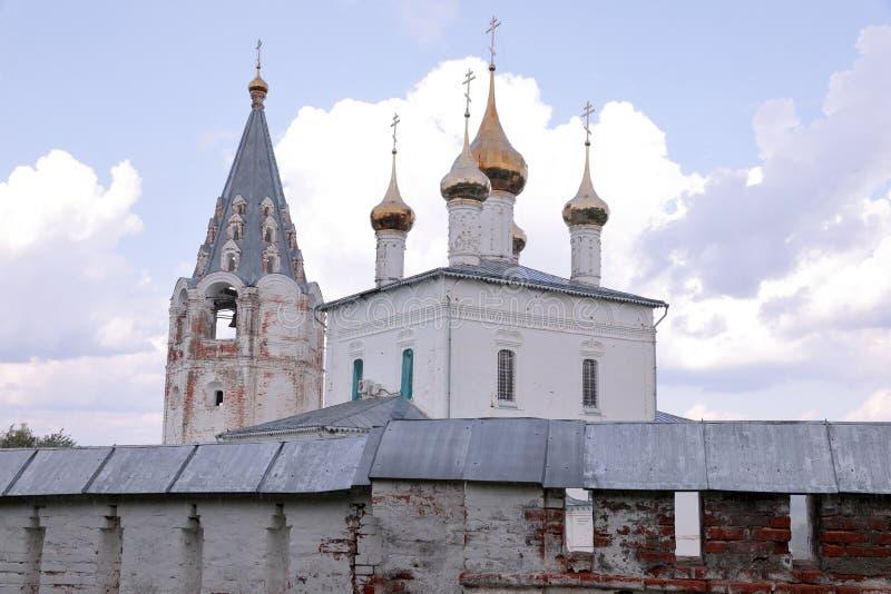 Vista no monastério dos homens de Nikolsky, Gorohovets, Rússia com uma parede defensiva na frente dela imagens de stock