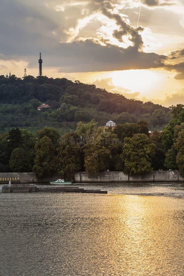 Vista no monte de Petrin com a torre da vigia de Petrin fotos de stock royalty free