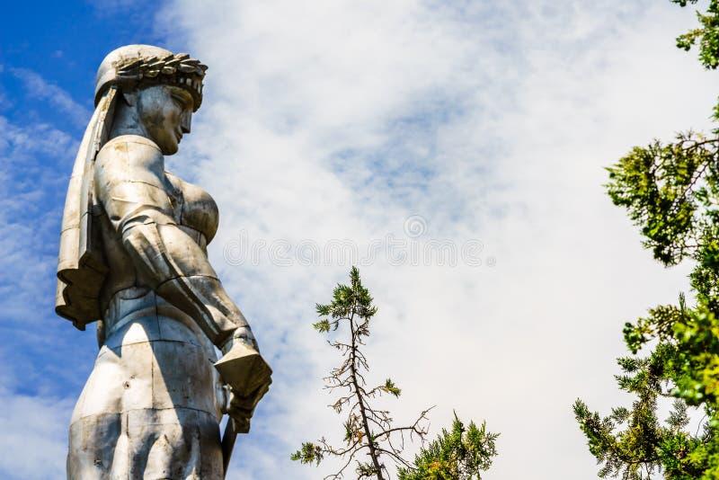 Vista no monumento de Kartlis Deda na parte superior do monte de Sololaki em Tbilisi, Geórgia imagens de stock royalty free
