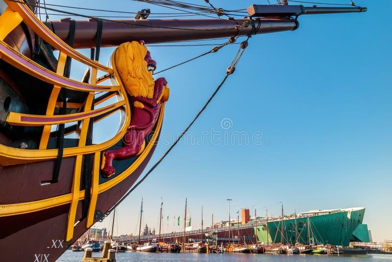Vista no museu holandês de Nemo com um barco de navigação histórico foto de stock royalty free
