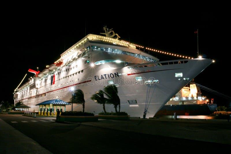 Vista no navio de cruzeiros branco iluminado do carnaval na noite imagens de stock royalty free