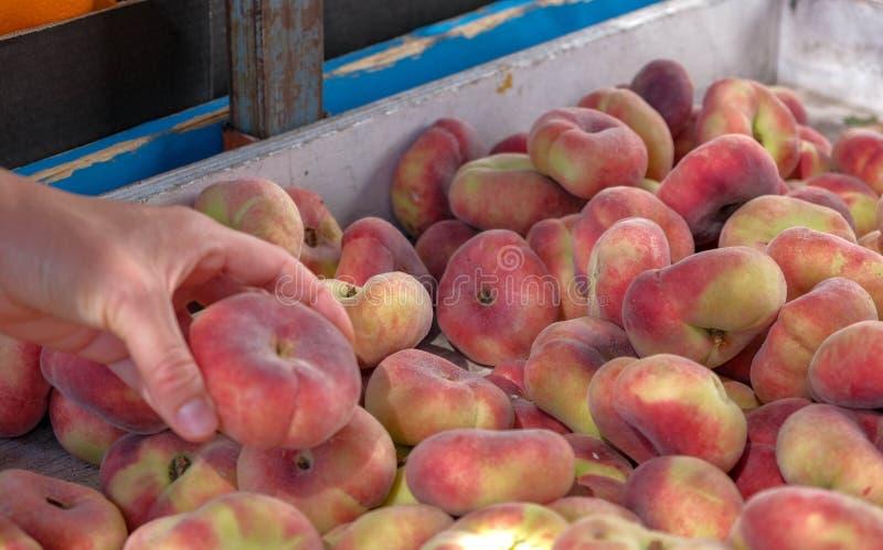 Vista no pêssego suculento maduro fresco de Saturno do mercado dos fazendeiros fotografia de stock