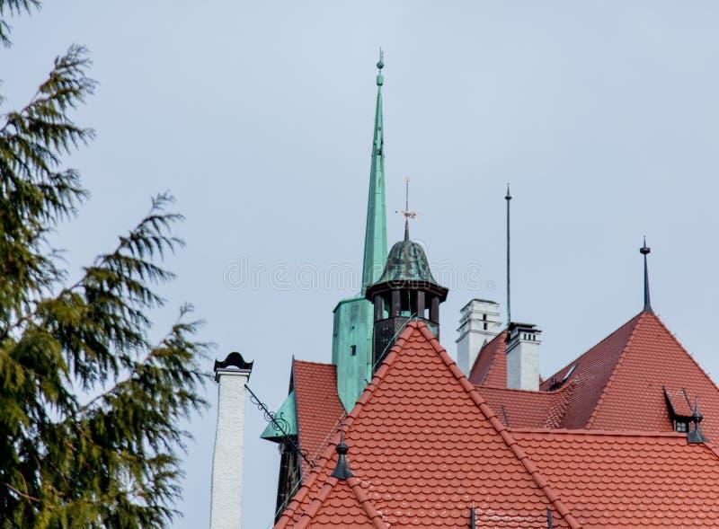 Vista no pique de um castelo e de roofts fotos de stock