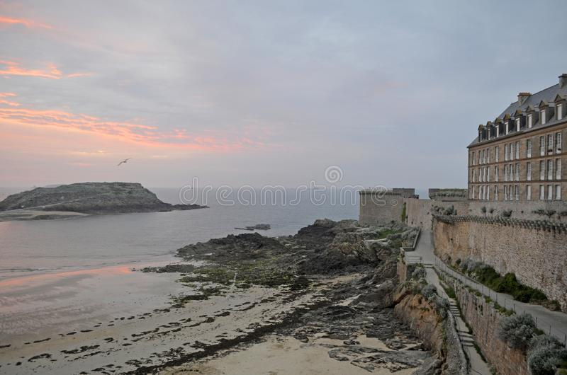 Vista no por do sol da parede da cidade velha com constru??es do granito de Saint Malo em Brittany, Fran?a fotos de stock