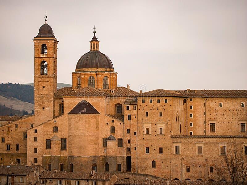 Vista no por do sol de Urbino, patrimônio mundial do UNESCO imagem de stock royalty free
