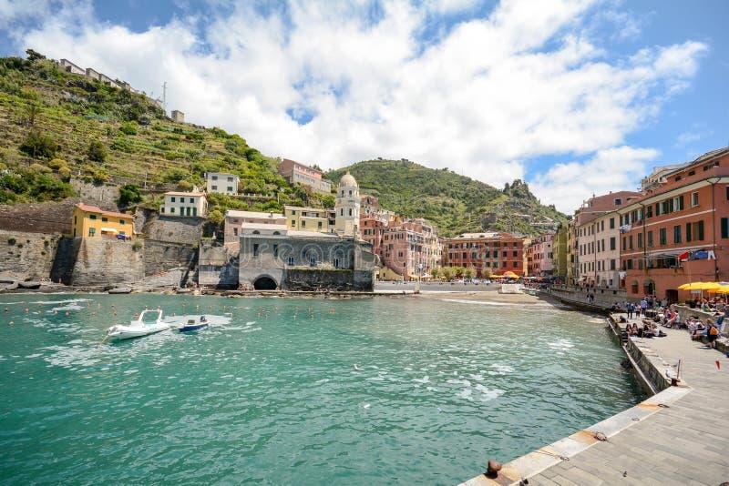Vista no porto de Vernazza, vila em Cinque Terre, Liguria Itália foto de stock royalty free