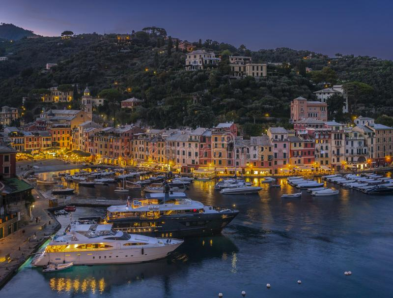 Vista no porto em Portofino na noite, Itália fotografia de stock royalty free