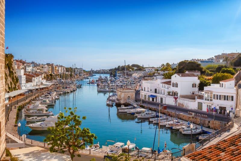 Vista no porto velho de Ciutadella da cidade no dia ensolarado imagens de stock royalty free