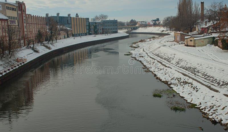 Vista no rio de Begej em Zrenjanin, S?rvia durante o tempo de inverno fotografia de stock