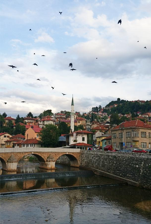 Vista no rio de Miljacka, Sarajevo fotografia de stock