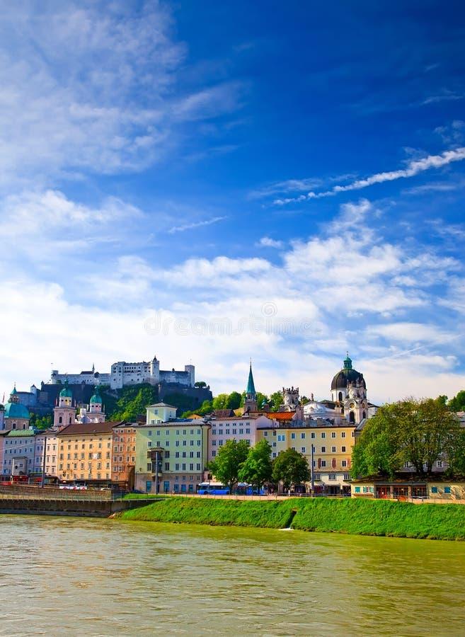 Vista no rio de Salzach e na fortaleza de Hohensalzburg imagens de stock royalty free