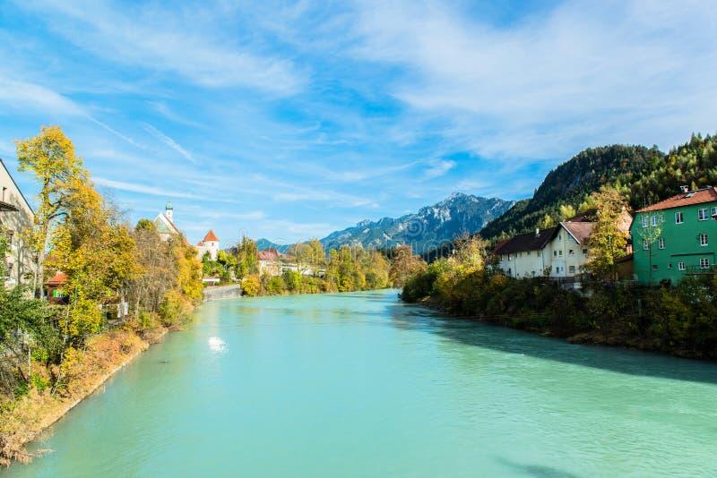 Vista no rio na cidade bávara romântica fotografia de stock