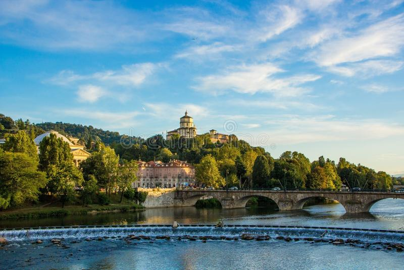 Vista no rio Po no dei Cappuccini de Turin e de Monte onde há a igreja Santa Maria al Monte Turin Torino, Itália imagem de stock