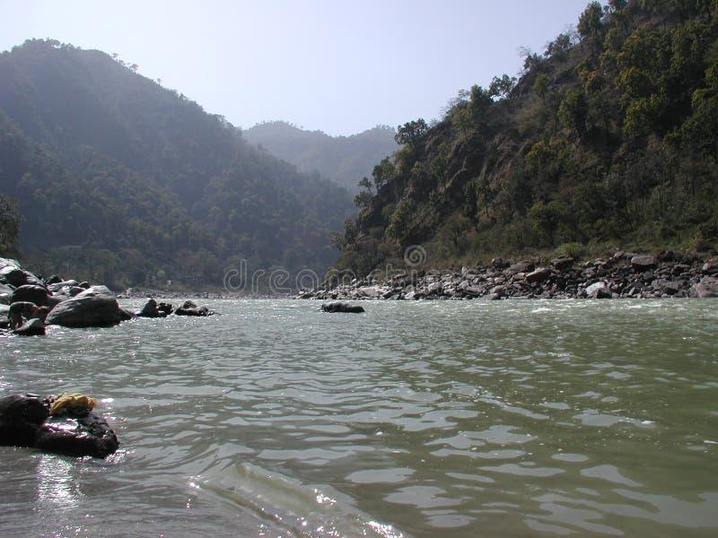 Vista no rio santamente Ganges na Índia perto de Poolchatti imagem de stock