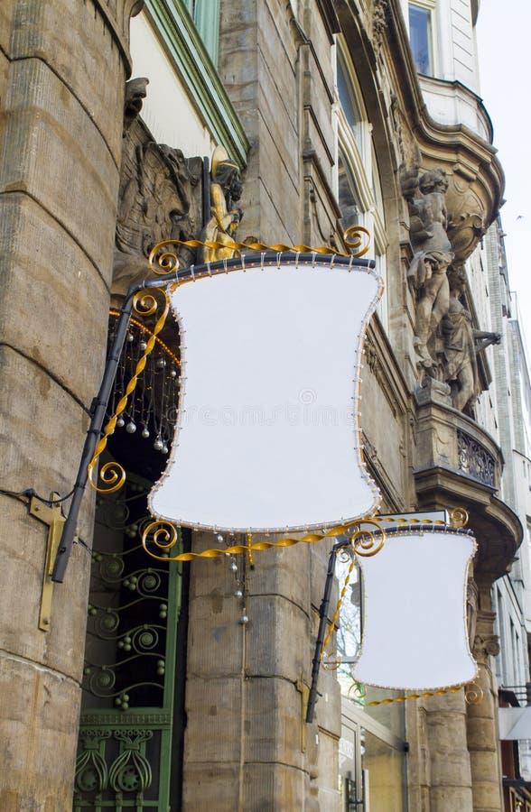 Vista no sinal de rua vazio fotos de stock royalty free