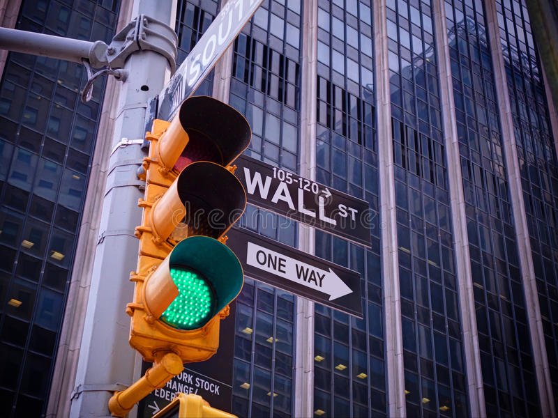 Vista no sinal do amarelo de Wall Street com Wa preto e branco imagens de stock