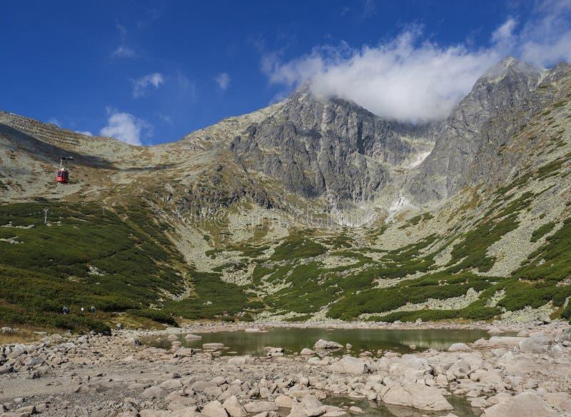 Vista no stit 2 de Lomnicky do pico de montanha 634 m cobertos nas nuvens no verão, nas montanhas altas de Tatras de Eslováquia c foto de stock royalty free