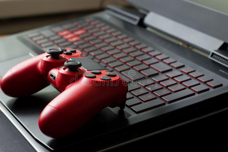 Vista no teclado de laptop preto do jogo e moderno laterais com referência a imagens de stock