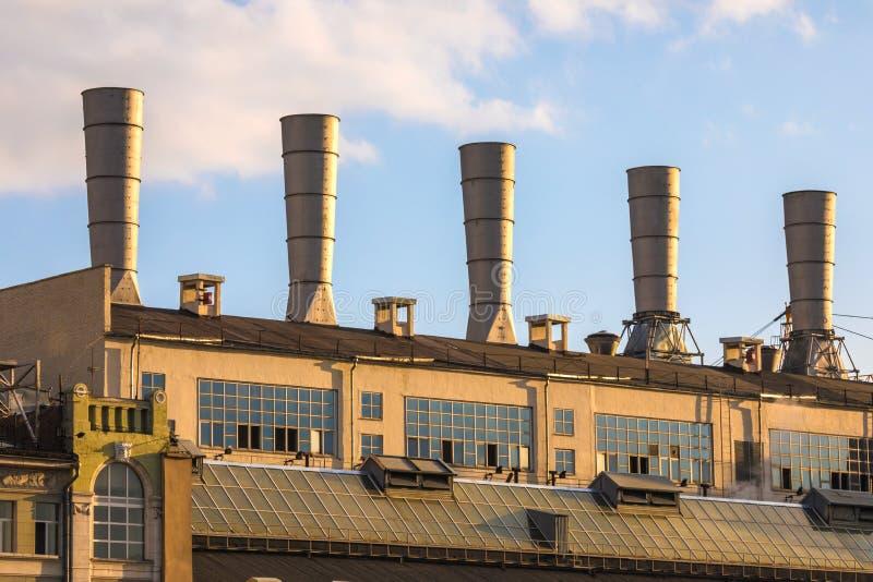 Vista no telhado com os tubos da central térmica no centro da Moscou Rússia perto do quadrado vermelho fotografia de stock