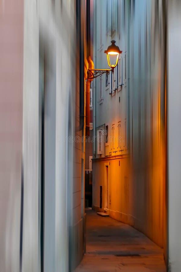 Vista no tempo do crepúsculo com a uma rua pequena em Trieste, Itália fotos de stock royalty free