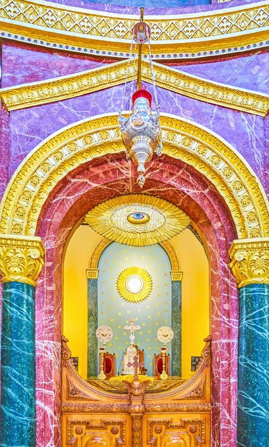 A vista no throuth do santuário as portas santamente em St George Church imagem de stock