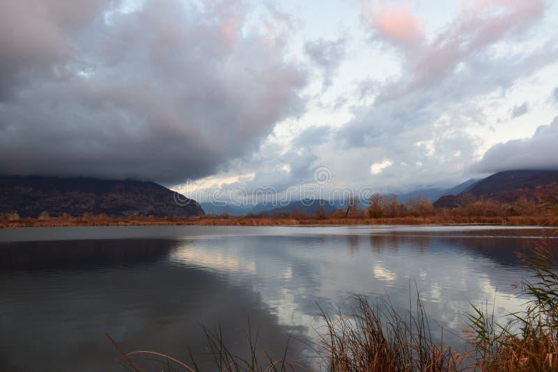 Vista no torbiere do lago do iseo imagem de stock