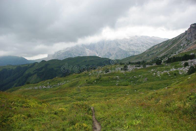 vista no trajeto e no vale, Federação Russa, Cáucaso, imagens de stock
