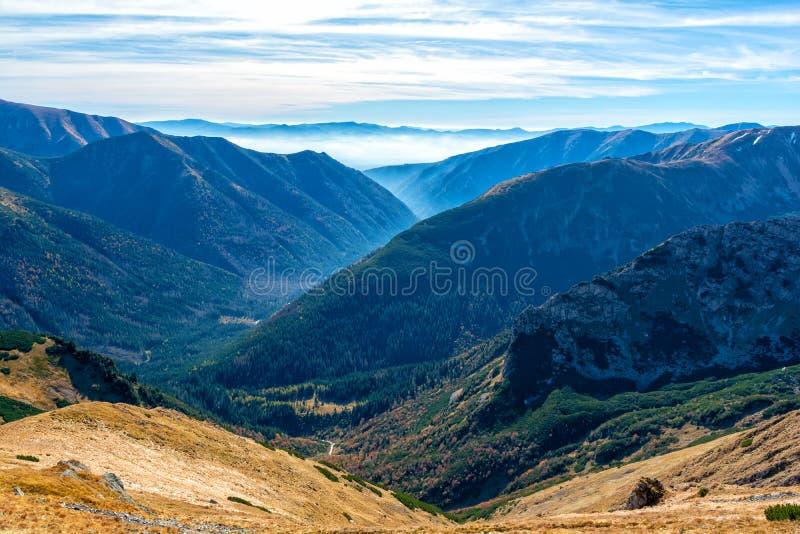Vista no vale com névoa na montanha de Tatra em Eslováquia foto de stock royalty free