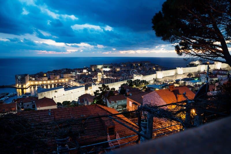Vista nocturna aérea de Dubrovnik sobre ciudad y los tejados viejos después de la puesta del sol con el cloudscape dramático, Cro fotos de archivo libres de regalías