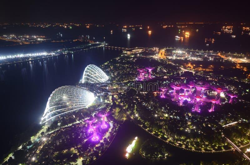 Vista nocturna aérea de Marina Bay y de jardines por la bahía en Singapur foto de archivo