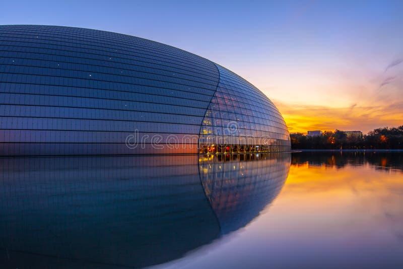 Vista nocturna al Centro Nacional de Artes Escénicas NCPA Beijing, China foto de archivo