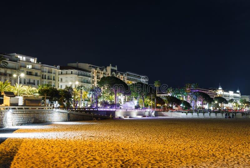 Vista nocturna Cannes, Cote d'Azur, Francia, Europa del sur Ciudad agradable y centro tur?stico de lujo de riviera francesa Desti foto de archivo