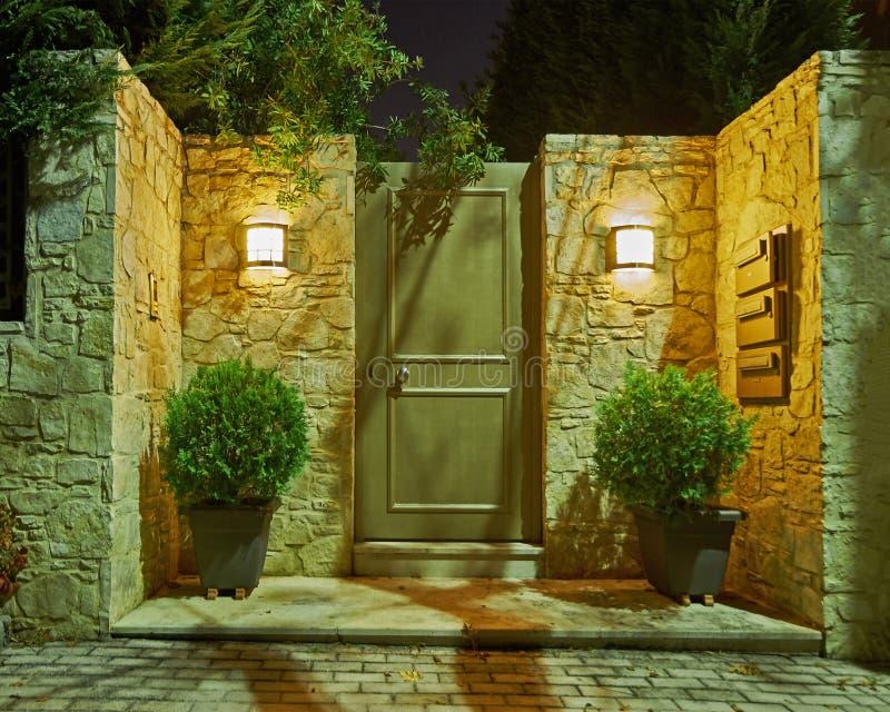Vista nocturna contemporánea de la entrada de la casa, Atenas Grecia imagen de archivo libre de regalías