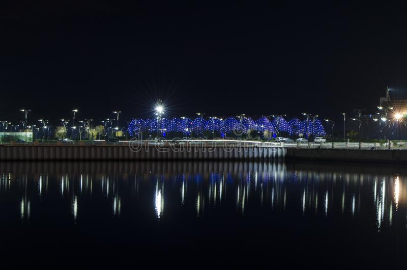 Vista nocturna de Baku con las torres de la llama y el bulevar nacional fotos de archivo libres de regalías