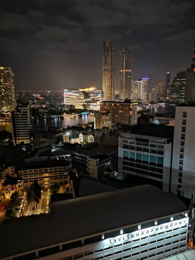 Vista nocturna de Bangkok del top fotografía de archivo