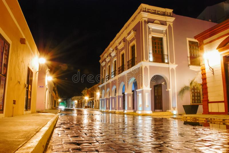 Vista nocturna de callejón colorido en Campeche México royalty free stock photos
