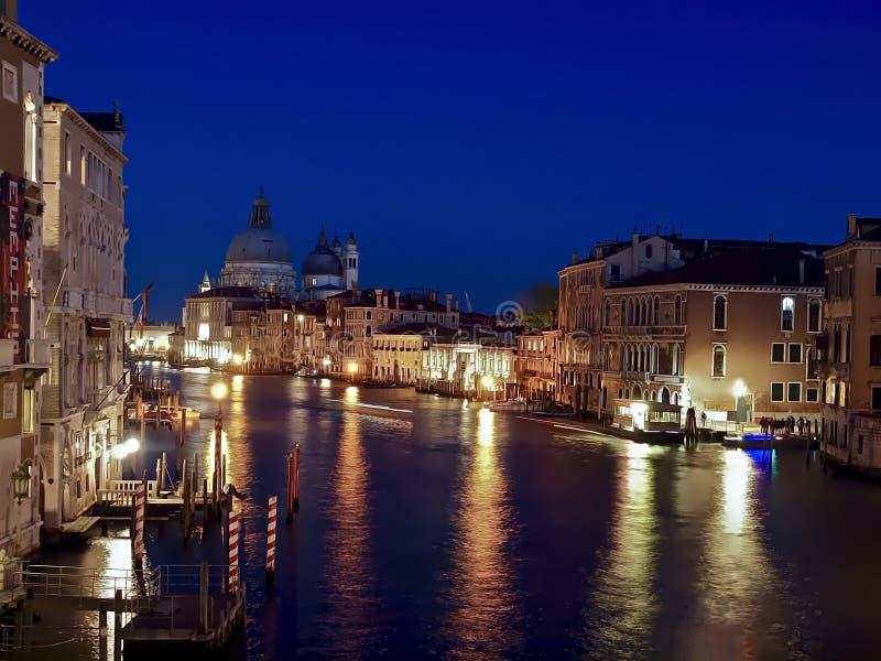 Vista nocturna de Canale grande en Venecia fotos de archivo
