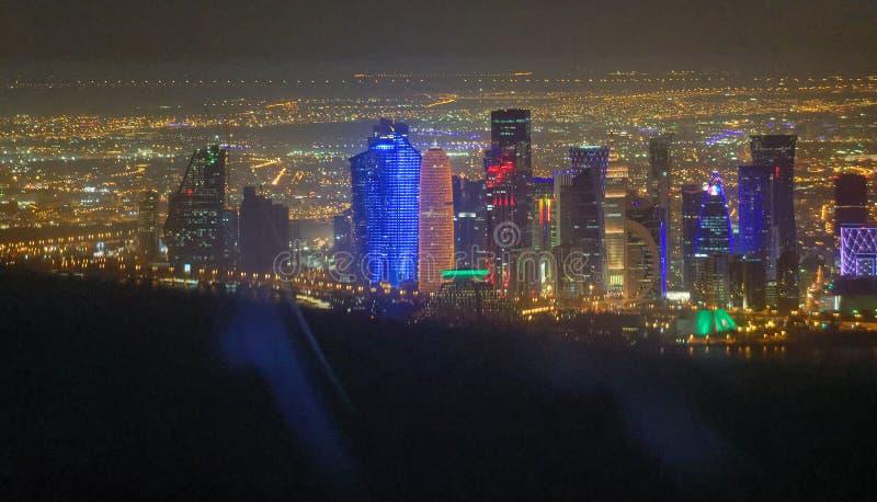 Vista nocturna de Doha del aire fotos de archivo