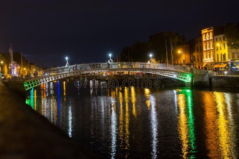 Vista nocturna de Dublín con la reflexión del puente en agua imágenes de archivo libres de regalías