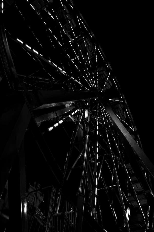 Vista nocturna de Ferris Wheel gigante que brilla intensamente foto de archivo