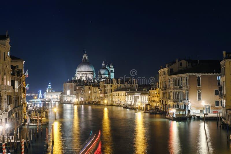 Vista nocturna de Grand Canal y de la basílica Santa Maria Della Salute fotos de archivo libres de regalías