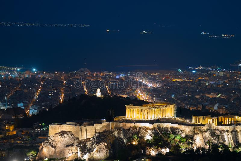 Vista nocturna de la acrópolis en Atenas en Grecia Un destino tur?stico famoso fotos de archivo