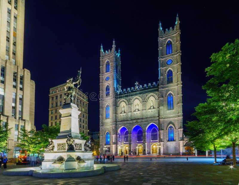 Vista nocturna de la basílica de Notre-Dame en Montreal imagenes de archivo