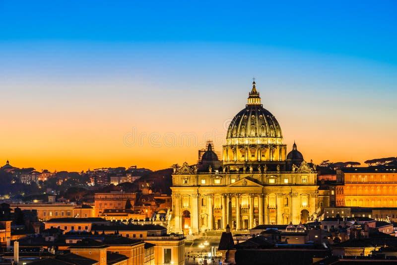 Vista nocturna de la basílica de San Pedro en la Ciudad del Vaticano, Roma, Italia imágenes de archivo libres de regalías