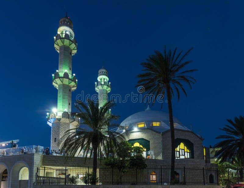 Vista nocturna de la calle adyacente a la mezquita de Ahmadiyya Shaykh Mahmud en la ciudad de Haifa en Israel fotos de archivo