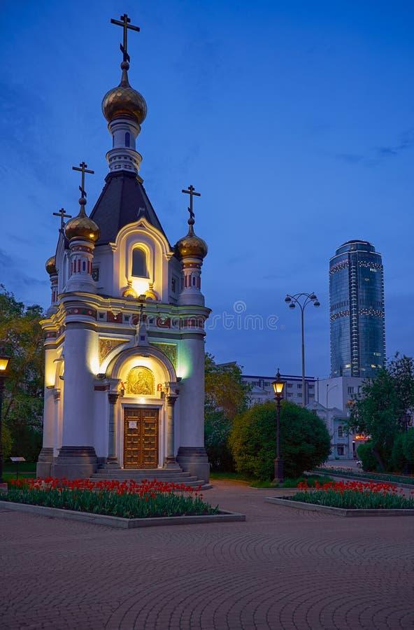 Vista nocturna de la capilla de St Catherine el cuadrado de trabajo en Ekaterimburgo imágenes de archivo libres de regalías