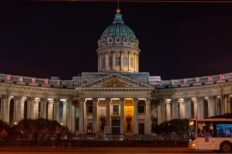 Vista nocturna de la catedral de Kaz?n Iglesia ortodoxa rusa en la perspectiva de Nevsky, St Petersburg imagen de archivo libre de regalías