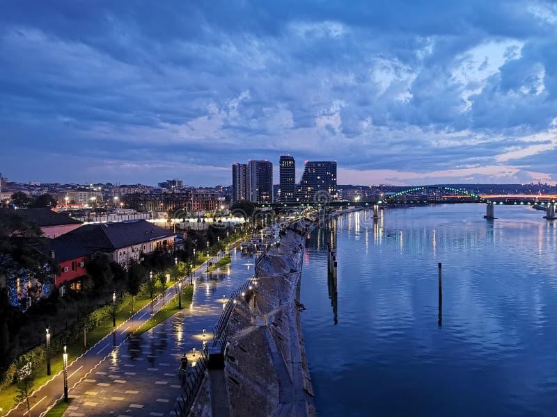 Vista nocturna de la ciudad en Belgrado, Serbia fotos de archivo libres de regalías